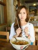 Το κορίτσι τρώει τη σούπα νουντλς Στοκ εικόνα με δικαίωμα ελεύθερης χρήσης