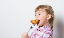 Το κορίτσι τρώει το μήλο Στοκ Εικόνα
