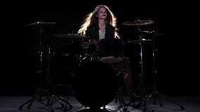 Το κορίτσι τυμπανιστών αρχίζει την ενεργητική μουσική, χαμογελά Μαύρη ανασκόπηση κίνηση αργή απόθεμα βίντεο