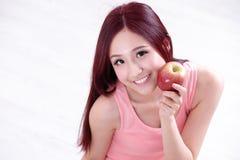Το κορίτσι υγείας παρουσιάζει Apple Στοκ Εικόνες