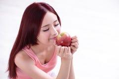 Το κορίτσι υγείας παρουσιάζει Apple Στοκ φωτογραφία με δικαίωμα ελεύθερης χρήσης