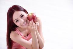 Το κορίτσι υγείας παρουσιάζει Apple Στοκ Φωτογραφίες