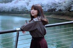 Το κορίτσι υπερασπίζεται τον ποταμό Στοκ φωτογραφίες με δικαίωμα ελεύθερης χρήσης