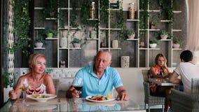 Το κορίτσι φέρνει στα τρόφιμα το ενήλικο ζεύγος φιλμ μικρού μήκους