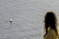 Το κορίτσι φαίνεται α για το σκάφος στοκ φωτογραφία