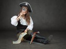 το κορίτσι φαίνεται πιό magnifier π&ep Στοκ Φωτογραφίες