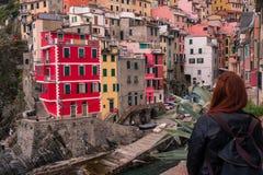 Το κορίτσι φαίνεται το τρομερό χωριό Riomaggiore στοκ φωτογραφία με δικαίωμα ελεύθερης χρήσης