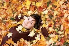 το κορίτσι φθινοπώρου βγά Στοκ Φωτογραφία