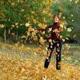 το κορίτσι φθινοπώρου βγά Στοκ εικόνες με δικαίωμα ελεύθερης χρήσης