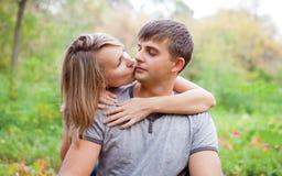 Το κορίτσι φιλά έναν τύπο στο μάγουλο. Στοκ εικόνες με δικαίωμα ελεύθερης χρήσης