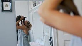 Το κορίτσι φιλά μια γάτα στον καθρέφτη απόθεμα βίντεο