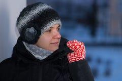 το κορίτσι φορά γάντια στο κόκκινο στοκ φωτογραφία