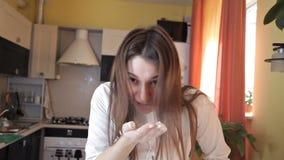Το κορίτσι φτερνίζεται από το αλεύρι και χτυπά τα χέρια της, αφαιρώντας το αλεύρι από τα χέρια της Αλλεργική αντίδραση στο αλεύρι απόθεμα βίντεο