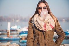 Το κορίτσι φυσά τη μεγάλη φυσαλίδα από τη γόμμα φυσαλίδων Στοκ Εικόνες