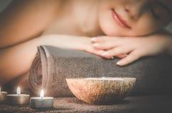 Το κορίτσι χαλαρώνει στο σαλόνι SPA, καρύδα aromatherapy, wellnes Στοκ Εικόνες