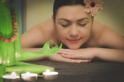 Το κορίτσι χαλαρώνει στο σαλόνι SPA, aromatherapy, wellness, peeli Στοκ Εικόνες