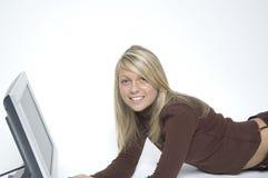 το κορίτσι χαλαρώνει το λευκό Στοκ Εικόνες