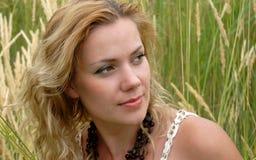 το κορίτσι χαμογελά τις &nu Στοκ εικόνα με δικαίωμα ελεύθερης χρήσης