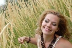το κορίτσι χαμογελά τις &nu Στοκ φωτογραφία με δικαίωμα ελεύθερης χρήσης