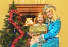 Το κορίτσι χιονιού δίνει ένα δώρο στο κορίτσι Ηλικία 5 έτη Στοκ Εικόνες