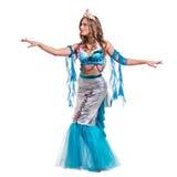 Το κορίτσι χορευτών καρναβαλιού έντυσε ως τοποθέτηση γοργόνων, που απομονώθηκε στο λευκό Στοκ Φωτογραφία