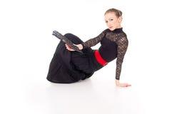 Το κορίτσι χορευτών με ένα κόκκινο αυξήθηκε και ένας ανεμιστήρας Στοκ εικόνες με δικαίωμα ελεύθερης χρήσης
