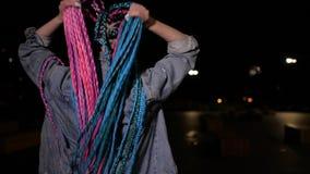 Το κορίτσι χορεύει έξω τη νύχτα απόθεμα βίντεο