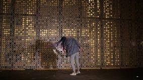 Το κορίτσι χορεύει από τον τοίχο έξω απόθεμα βίντεο