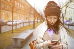 Το κορίτσι χρησιμοποιεί το τηλέφωνο Στοκ εικόνα με δικαίωμα ελεύθερης χρήσης