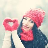 το κορίτσι Χριστουγέννων ομορφιάς αποτελεί Ευτυχή γυναίκα και χιόνι Χειμώνας και αγάπη Στοκ Φωτογραφίες