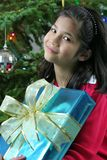 το κορίτσι Χριστουγέννων παρουσιάζει Στοκ φωτογραφίες με δικαίωμα ελεύθερης χρήσης