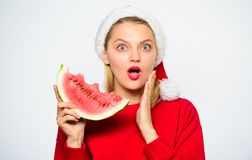 Το κορίτσι Χριστουγέννων τρώει το καρπούζι Το καπέλο santa κοριτσιών τρώει το άσπρο υπόβαθρο καρπουζιών Εξωτικός εορτασμός Χριστο στοκ φωτογραφίες με δικαίωμα ελεύθερης χρήσης