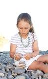 Το κορίτσι χτίζει μια πυραμίδα Στοκ εικόνα με δικαίωμα ελεύθερης χρήσης