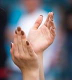 Το κορίτσι χτυπά τα χέρια της Στοκ φωτογραφία με δικαίωμα ελεύθερης χρήσης