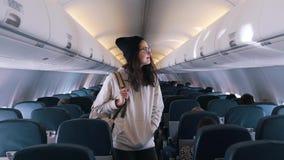 Το κορίτσι ψάχνει το κάθισμά της στο αεροπλάνο απόθεμα βίντεο