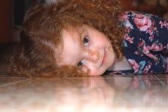 το κορίτσι 2 διεύθυνε το κόκκινο Στοκ Εικόνες