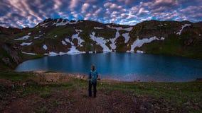 Το κορίτσι Backpacker εξετάζει τη λίμνη Como Κολοράντο ΗΠΑ στοκ φωτογραφία με δικαίωμα ελεύθερης χρήσης