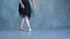 Το κορίτσι το ballerina σε ένα όμορφο κοστούμι Όμορφος εκφραστικός χορευτής bellet που χορεύει στο στούντιο Βλαστός φωτογραφιών κ φιλμ μικρού μήκους