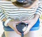 Το κορίτσι brunette με ένα take-$l*away φλυτζάνι Στοκ φωτογραφία με δικαίωμα ελεύθερης χρήσης