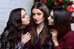 Το κορίτσι brunette τρία θέλει να φιλήσει Στοκ φωτογραφίες με δικαίωμα ελεύθερης χρήσης