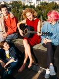 Το κορίτσι busker τραγουδά τον ελεύθερο χρόνο τέχνης μουσικών κιθάρων παιχνιδιού στοκ φωτογραφία με δικαίωμα ελεύθερης χρήσης