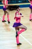 Το κορίτσι Cheerleading εμφανίζεται στη σκηνική αντιστοιχία των γυναικών καλαθοσφαίρισης FIBA Euroleague Στοκ φωτογραφία με δικαίωμα ελεύθερης χρήσης