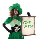 Το κορίτσι Leprechaun που κρατά έναν κύλινδρο με το κείμενο με φιλά εγώ είναι ιρλανδικά, είναι Στοκ φωτογραφία με δικαίωμα ελεύθερης χρήσης