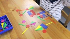 Το κορίτσι preschooler εκτελεί έναν στόχο φιλμ μικρού μήκους