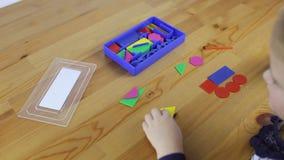 Το κορίτσι Preschooler μελετά τις γεωμετρικές μορφές απόθεμα βίντεο