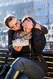 Το κορίτσι Smiley λαμβάνει ένα παρόν από το φίλο της για το βαλεντίνο Στοκ Φωτογραφία