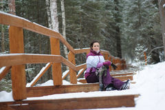 Κορίτσι που περπατά στα ξύλα Στοκ εικόνες με δικαίωμα ελεύθερης χρήσης