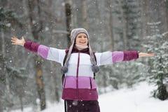 Κορίτσι που περπατά στα ξύλα Στοκ Φωτογραφίες