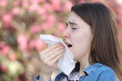 Το κορίτσι Teeneger με η αλλεργία φτερνιμένος στο πάρκο στοκ φωτογραφίες με δικαίωμα ελεύθερης χρήσης