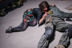 Το κορίτσι Zombie βρίσκεται κοντά στο σώμα ατόμων Στοκ Εικόνα